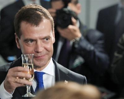 Россияне поздравляют Дмитрия Медведева с Днём рождения русской водки