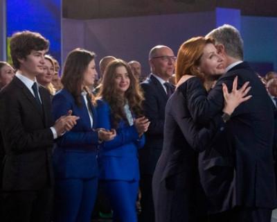Прилюдно ласкавший жену, Порошенко разгневал украинцев