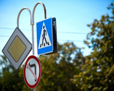 Зачем в России установят уменьшенные дорожные знаки