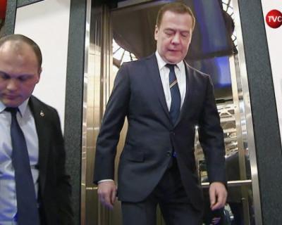 Опубликованы кадры того, как премьер-министр РФ Дмитрий Медведев попал в неловкую ситуацию (ВИДЕО)