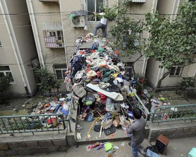 Житель Севастополя собирал весь мусор на районе и тащил в квартиру (ВИДЕО)