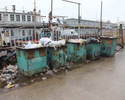 В Севастополе сваливают мусор вдоль дорог и сжигают его