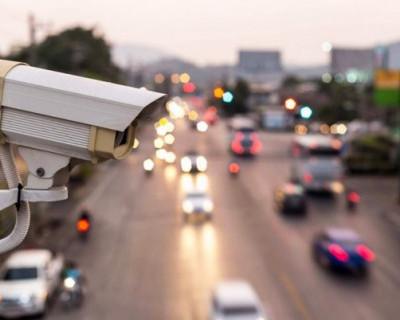 За сколько метров камера определяет нарушителя на дороге?