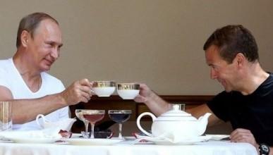 Какая заработная плата у Медведева и Путина в день, месяц, в год