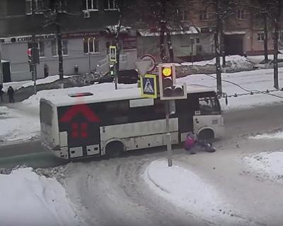 Автобус чуть не раздавил выпавшего из коляски двухлетнего ребёнка (ВИДЕО)