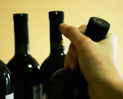 В Крыму семейная пара похитила алкоголь из магазина и товар из аптеки