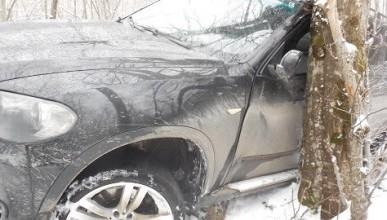 ДТП в Крыму: BMW X5 съехал с дороги в кювет и столкнулся с деревом (ФОТО)