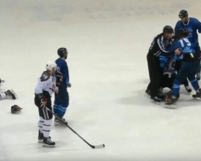 Массовая драка между хоккеистами произошла на матче ВХЛ (ВИДЕО)