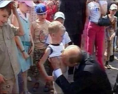 Что случилось с мальчиком, которого Владимир Путин поцеловал в живот