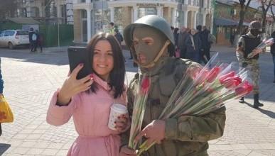«Вежливые люди» в Крыму раздавали женщинам цветы