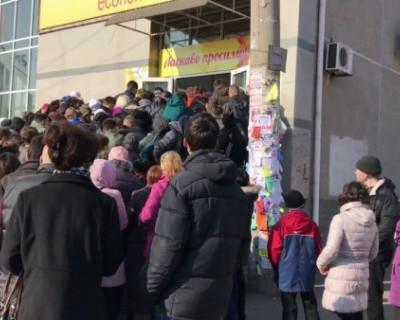 Обезумевшие украинцы ломятся в секонд-хенд (ВИДЕО)