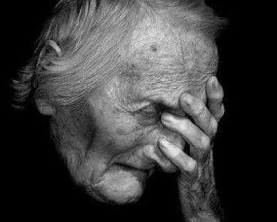 Рука у веска беззащитной пенсионерки.