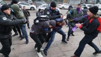 В Киеве националисты избили женщин (ВИДЕО)