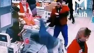 Сотрудник супермаркета отправил в нокаут покупателя (ВИДЕО)