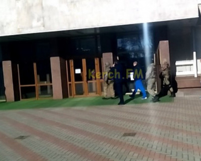 Заместителя главы Керчи доставили в кабинет под конвоем
