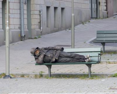 Россиянам предложили брать бомжей-пенсионеров в приемные семьи