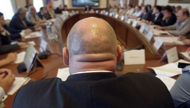 Чиновников в России предлагают поощрять словами