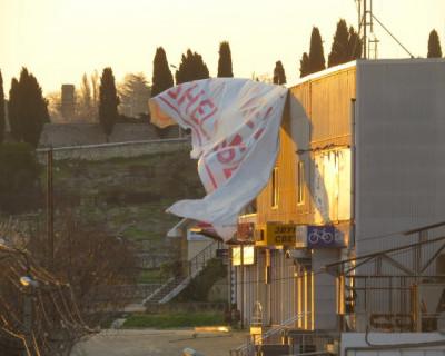 Баннер на улице Пожарова угрожает севастопольцам (ВИДЕО)