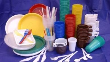 Европарламент запретил пластиковую посуду