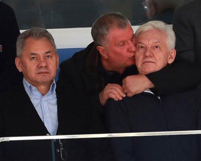 Игорь Сечин перецеловал Шойгу и Тимченко (ВИДЕО)