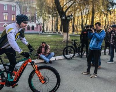 Кличко приехал на выборы президента Украины на велосипеде и в спортивном костюме (ВИДЕО)
