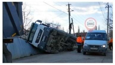 ДТП в Крыму: перевернулся грузовик с асфальтом