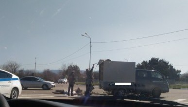 В Севастополе из грузовика на дорогу высыпались стройматериалы