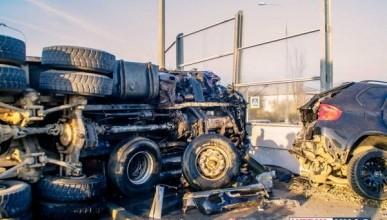 В Крыму перевернулся грузовик (ФОТО)