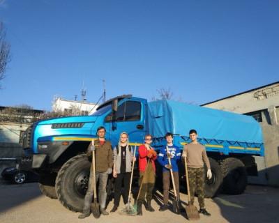 В Севастополе комсомольцы проводили субботник на территории криминалистического центра МВД