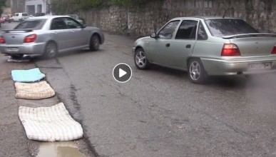 Крымчане ремонтируют дороги старыми матрасами (ФОТОФАКТ)