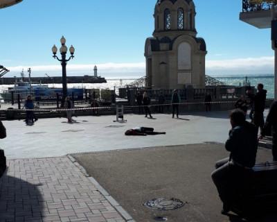 В Ялте мужчина выпал с балкона и разбился