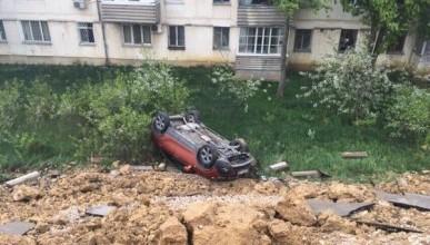 ЧП в Севастополе: машины рухнули вместе с землёй (ФОТО)