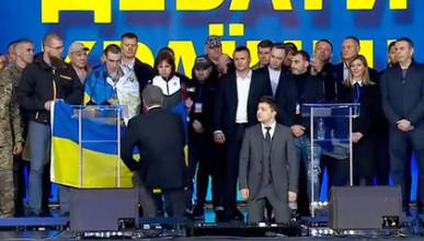 Зеленский встал на колени, а Порошенко показал свой «вид сзади»