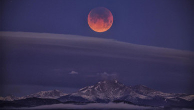 Над Землей появилась розовая Луна (ФОТО, ВИДЕО)