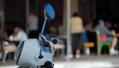 Инцидент в Севастополе: водитель мопеда ограбил женщину