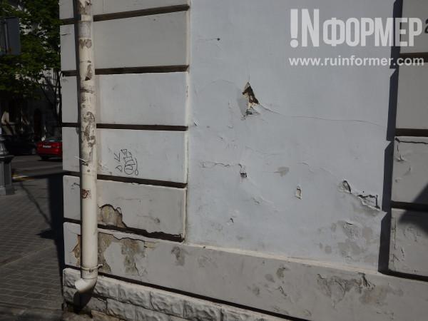 унылая облупившаяся штукатурка на центральных улицах Севастополя