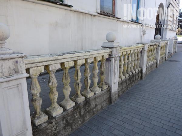 грязные балясины на улицах Севастополя