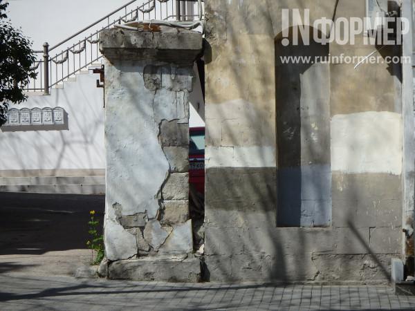 поношенные стены города
