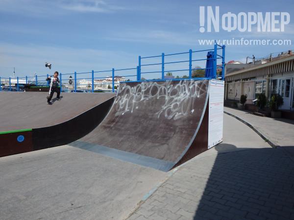 Конструкции для катания на скейтах изрисованы граффити
