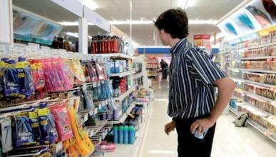 Житель Севастополя вытащил из магазина пакет продуктов