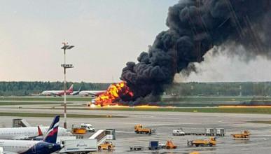 Mach: Первыми из горящего суперджета спаслись мать с ребёнком - она не послушала экипаж, побежала в начало самолёта и выжила