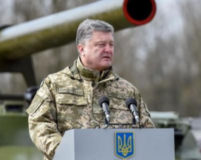 Во время выступления Порошенко военнослужащая упала в обморок (ВИДЕО)