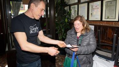 Американский официант нашел чек на полмиллиона долларов