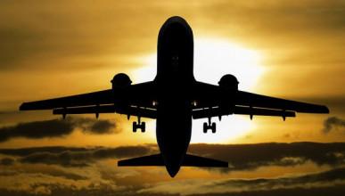 Пьяную россиянку высадили из самолета под аплодисменты пассажиров (ВИДЕО)