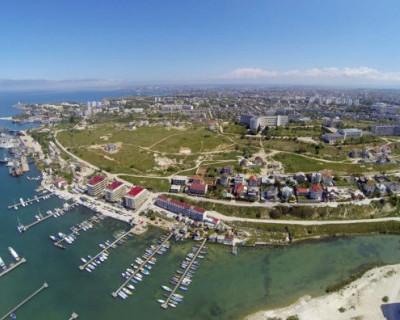 «Наемники» за 12 миллионов: сотни коммунальщиков не хватает для уборки севастопольской «Стрелки»