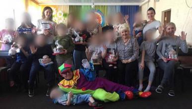Российский клоун-аферист зарабатывает на больных детях