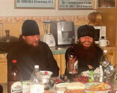 Пьяный священник попытался убить монаха
