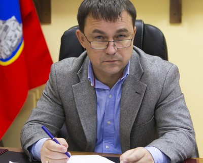 Пока Ярусов дебатирует на праймериз «ЕР», в Гагаринском районе элементы на детской площадке закрепляют скотчем