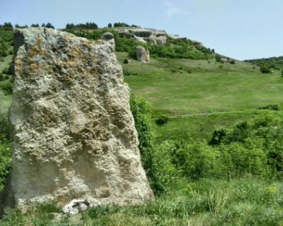 По местам силы в Крыму: о чем молчит древний менгир?