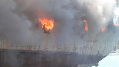 В Севастополе загорелся танкер «Сейма»
